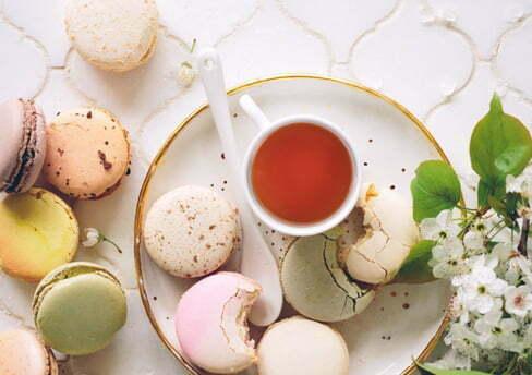 macarons sucrés et thé Dilmah